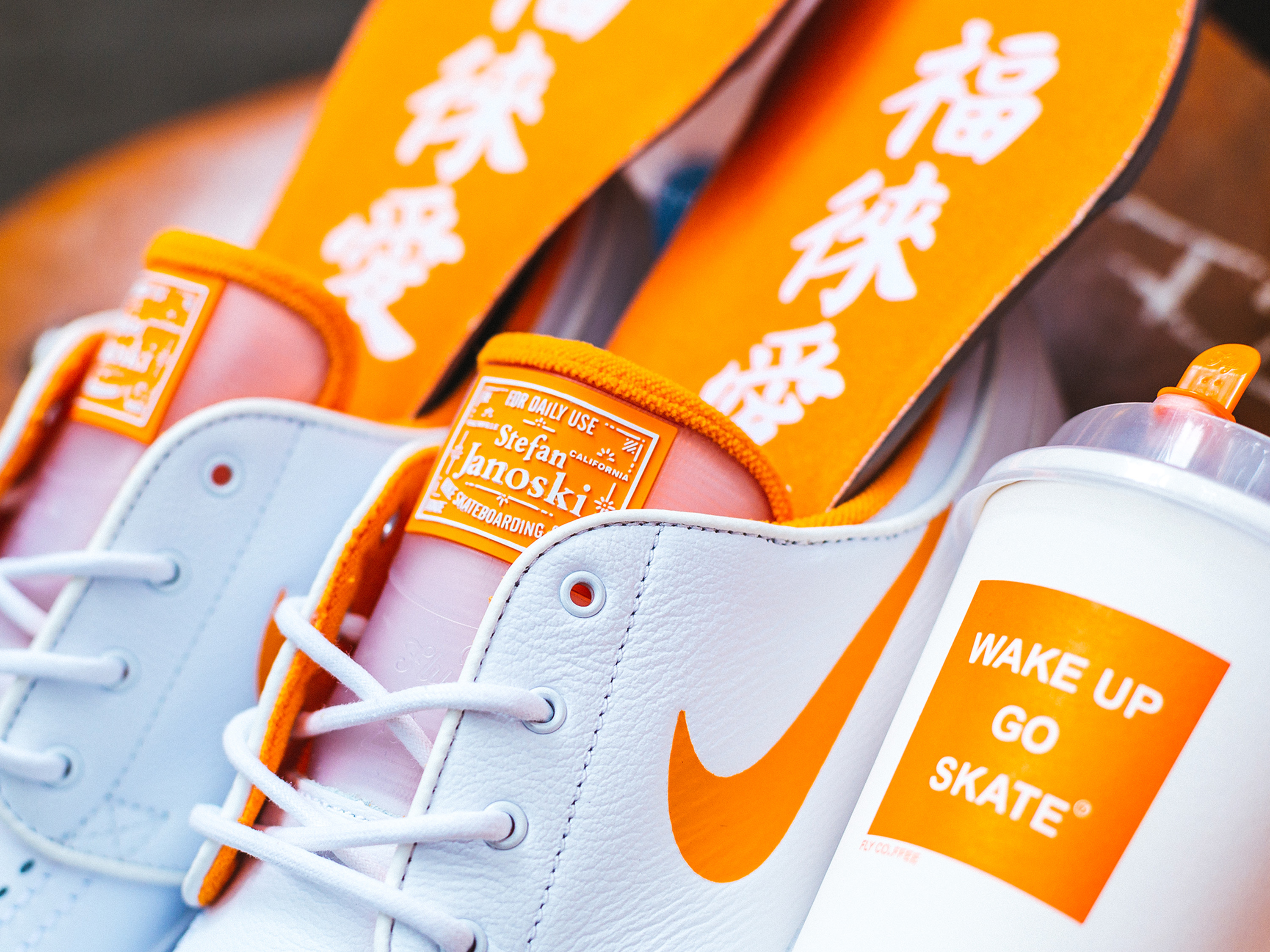 "以热爱为名 —— Nike SB携手FLY打造 Zoom Janoski ""WAKE UP GO SKATE"""
